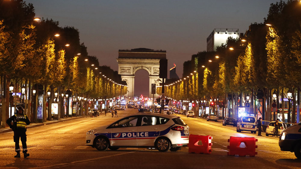 Police secure the Champs Elysee Avenue after one policeman was killed and another wounded in a shooting incident in Paris, France, April 20, 2017. REUTERS/Christian Hartmann - RTS13756